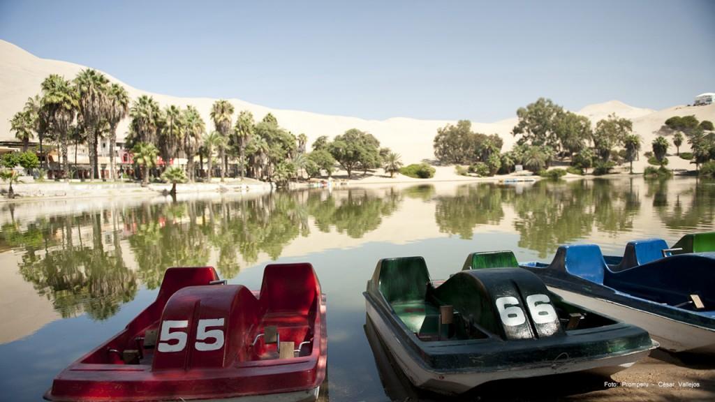 Botes en la laguna huacachina