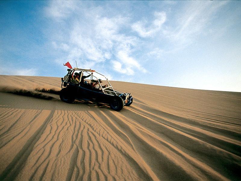 Carros areneros en las dunas del oasis Huacachina.